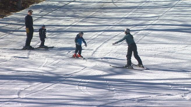 Family skiing at Yawgoo Valley_254401