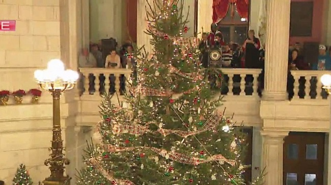 ri-statehouse-xmas-tree_390423