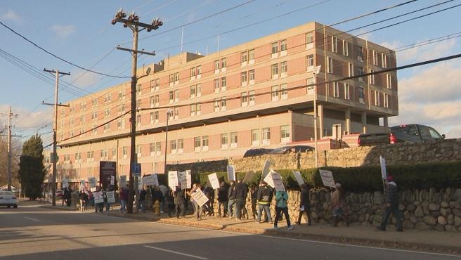 Nurses' union pickets outside Memorial Hospital in Pawtucket_595720