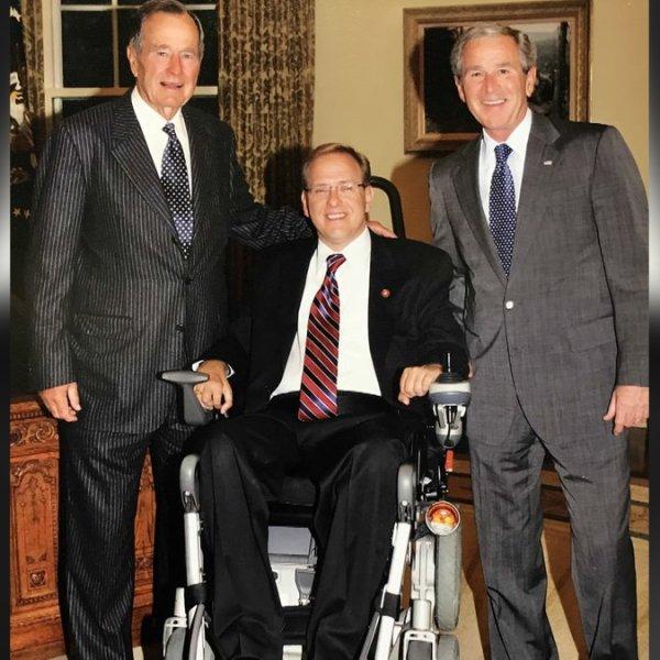 Solemn public pays tribute to Bush before dawn in Rotunda