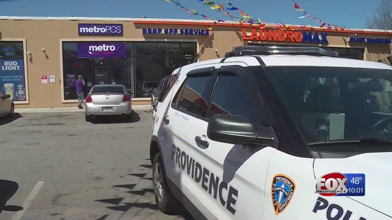 Police: 3 suspects rob Metro PCS at gunpoint